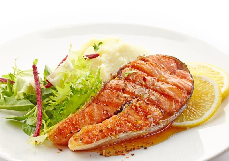 Fetta arrostita fresca della bistecca di color salmone fotografia stock libera da diritti
