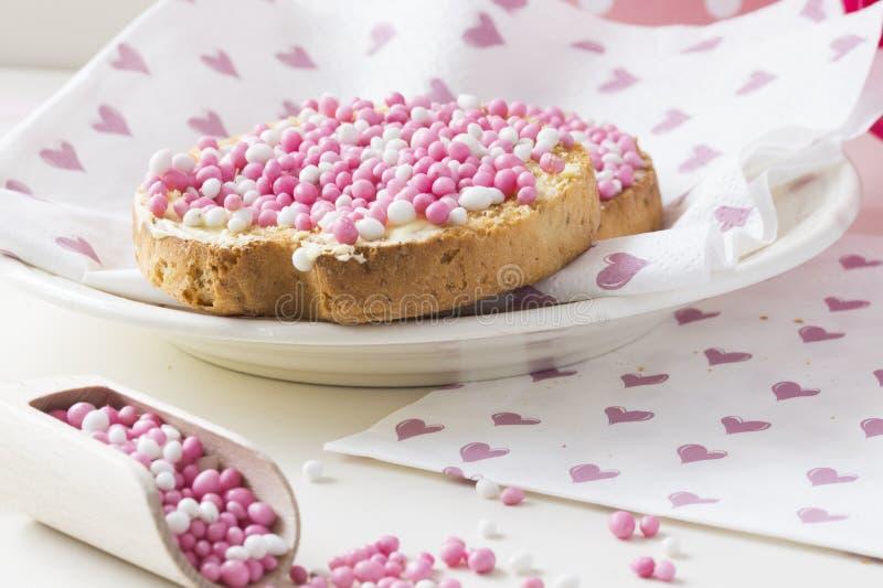 Fetta biscottata con le palle rosa dell'anice, muisjes, ossequio olandese tipico quando una neonata nasce nei Paesi Bassi fotografie stock libere da diritti