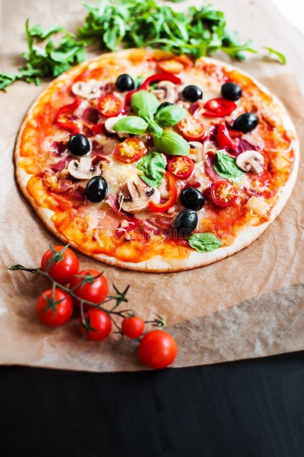 Fetta calda della pizza con le merguez, il formaggio, la mozzarella, le erbe e la t immagine stock libera da diritti