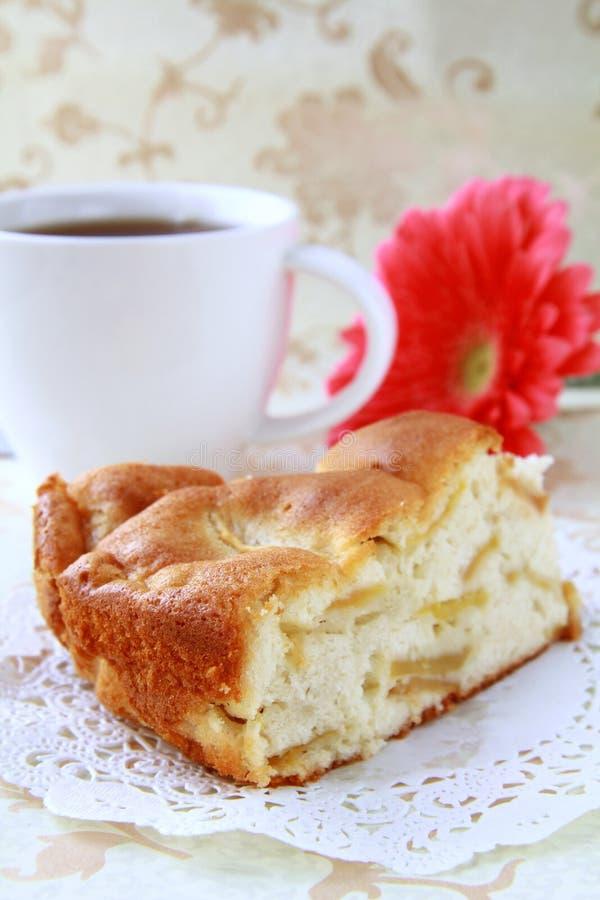Fetta calda di grafico a torta di mela con una tazza di tè fotografie stock libere da diritti