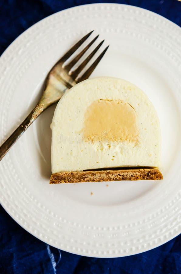 Fetta del ceppo di Yule della vaniglia e del caramello fotografie stock libere da diritti