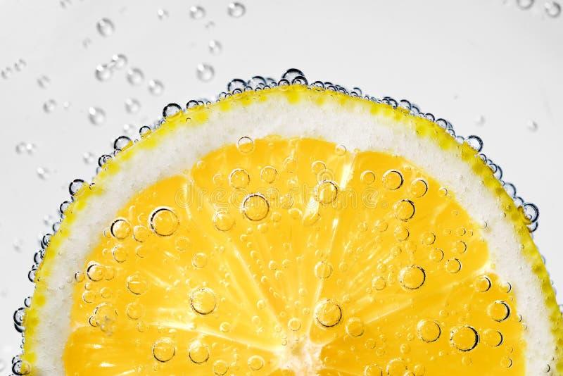 Fetta del limone con le bolle fotografia stock libera da diritti