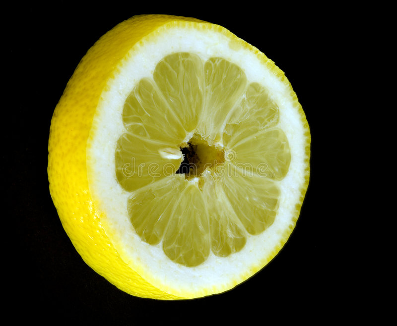 Fetta del limone sul nero immagine stock