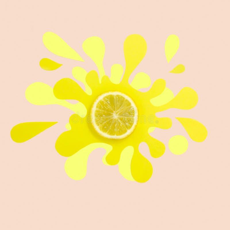 Fetta del limone sul tovagliolo di carta nella forma di spruzzata e di spruzzo immagini stock libere da diritti