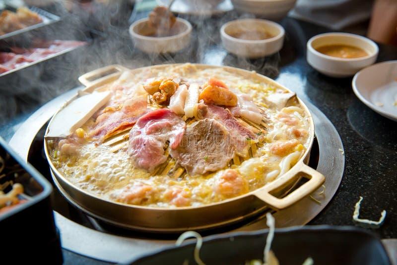 Fetta della carne di maiale grigliata sulla pentola calda di yakiniku Stile giapponese del barbecue immagini stock libere da diritti