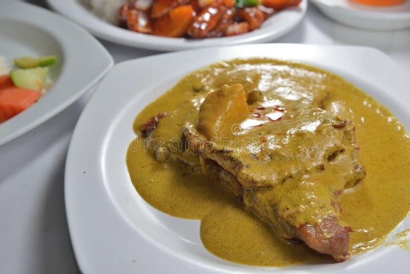 Fetta della carne di maiale della salsa di curry fotografie stock