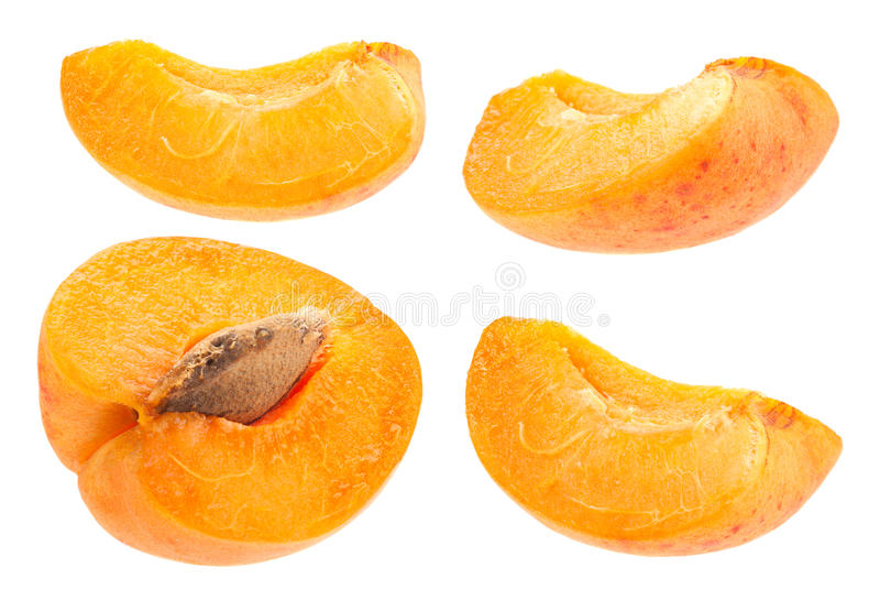 Fetta della frutta dell'albicocca messa su bianco immagini stock