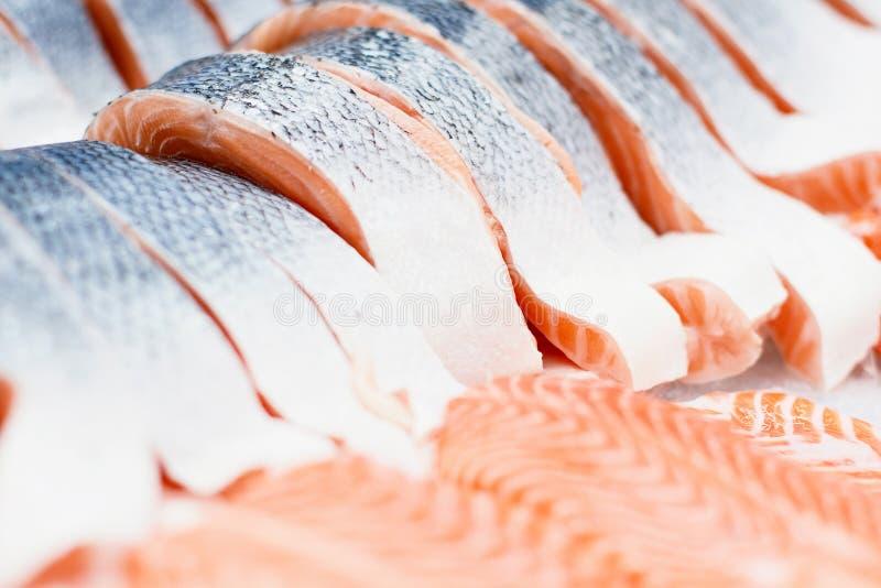 Fetta di color salmone in supermercato pezzo di pesce in ghiaccio alla cucina del ristorante Alimento sano per i sushi Fuoco sele fotografie stock