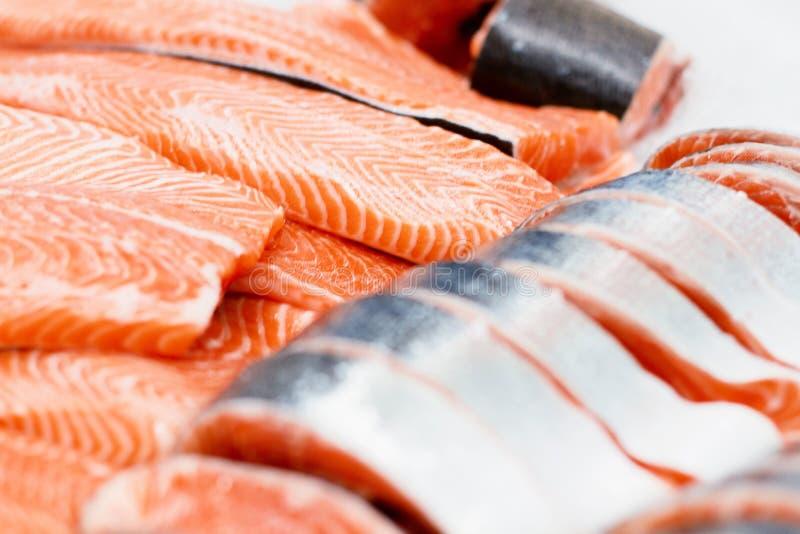Fetta di color salmone in supermercato pezzo di pesce in ghiaccio alla cucina del ristorante Alimento sano per i sushi Fuoco sele immagine stock