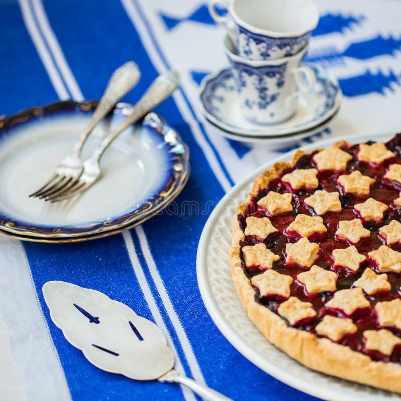 Fetta di crostata di ciliege acida casalinga deliziosa sul piatto fotografie stock libere da diritti