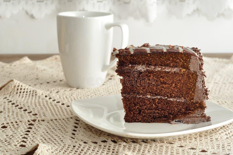 Fetta di dolce di cioccolato delizioso e di tazza immagine stock libera da diritti