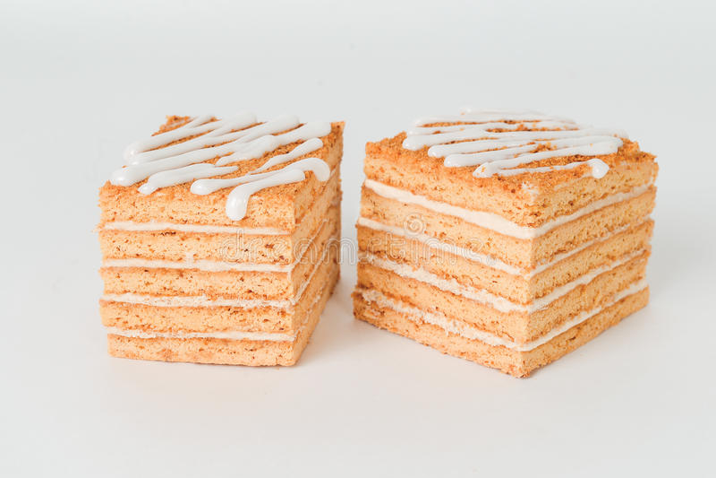 Fetta di dolce di miele stratificato isolato fotografia stock libera da diritti