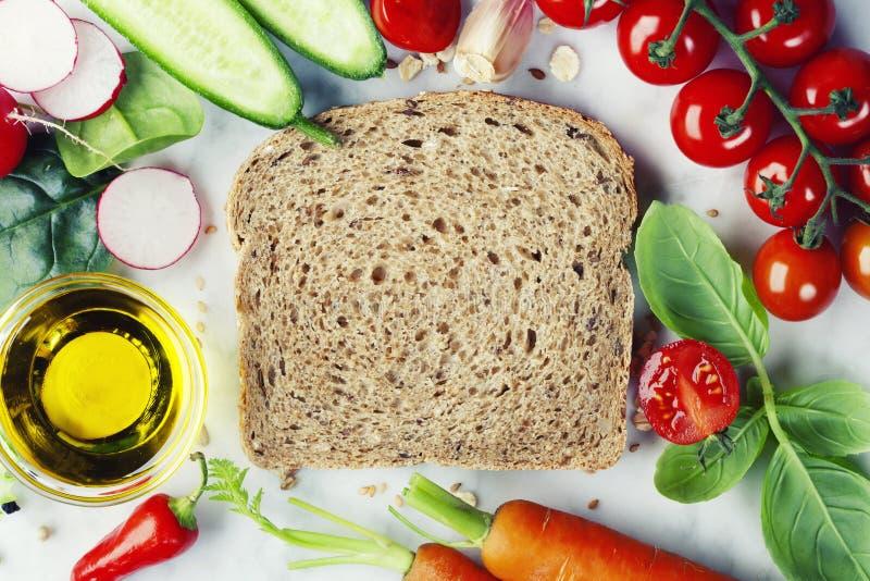Fetta di pane integrale e di alimento sano fotografie stock libere da diritti