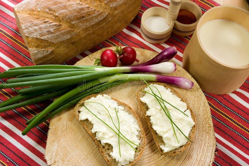 Fetta di pane sparsa con il formaggio delle pecore immagini stock libere da diritti