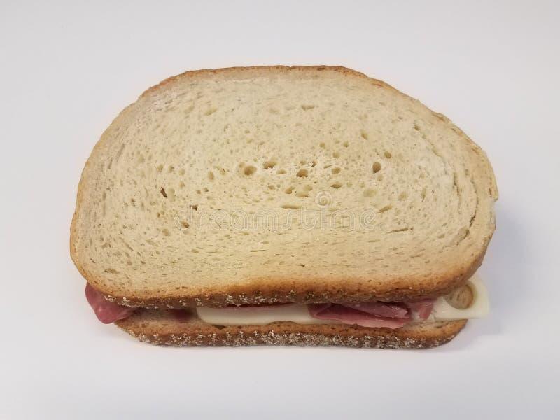 Fetta di pane su superficie bianca con arrosto di manzo e formaggio svizzero fotografie stock libere da diritti