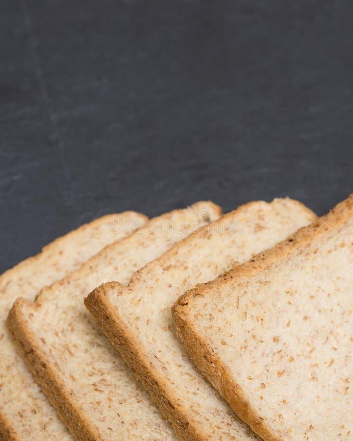Fetta di pane sul bordo del formaggio dell'ardesia immagine stock