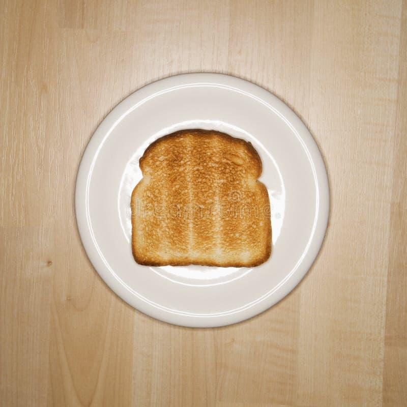 Fetta di pane tostato sulla zolla. fotografia stock libera da diritti