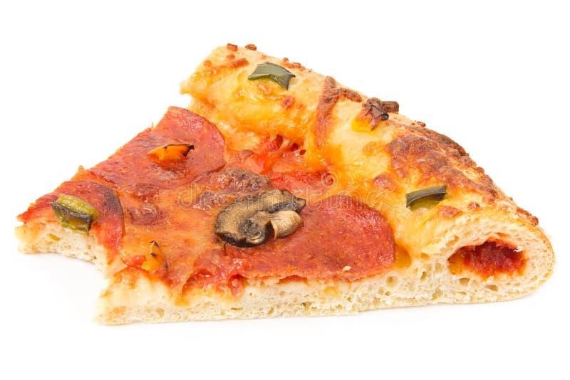 Fetta di pizza con un morso mancante immagine stock