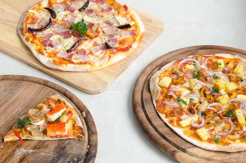 Fetta di pizza italiana italiana del BBQ del pollo della pizza e del hawaiano dei frutti di mare e di pizza italiana del bacon, d immagine stock libera da diritti