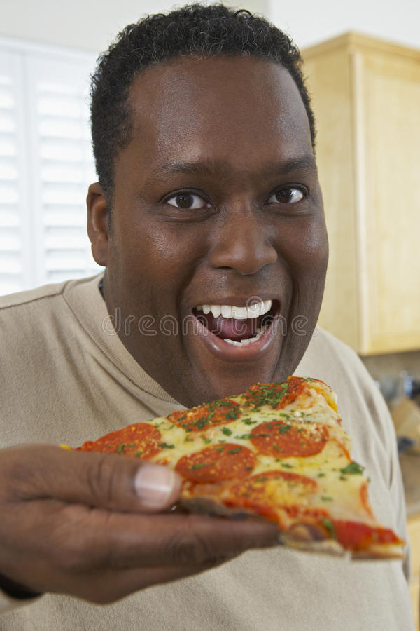 Fetta di pizza mangiatrice di uomini fotografia stock libera da diritti