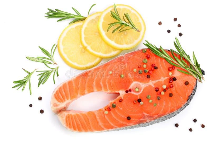 Fetta di salmone rosso del pesce con il limone, i rosmarini ed i granelli di pepe isolati su fondo bianco Vista superiore Disposi fotografia stock