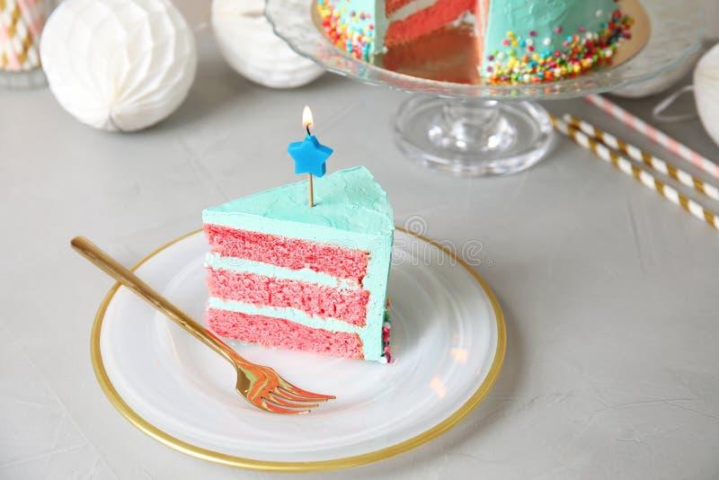 Fetta di torta di compleanno deliziosa fresca fotografia stock libera da diritti