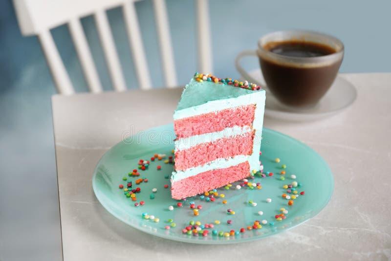 Fetta di torta di compleanno deliziosa fresca sulla tavola immagine stock