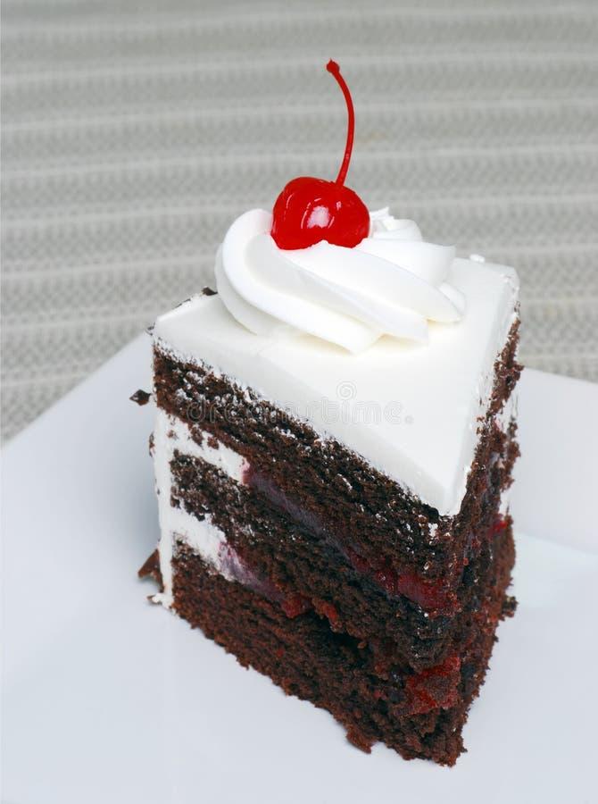 Fetta di torta della foresta nera del cioccolato con una ciliegia fotografie stock libere da diritti