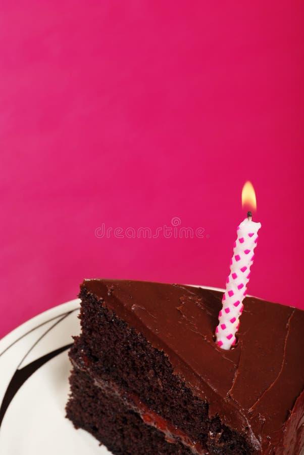 Fetta di torta di compleanno con il fuoco dello spazio della copia sui wi immagini stock