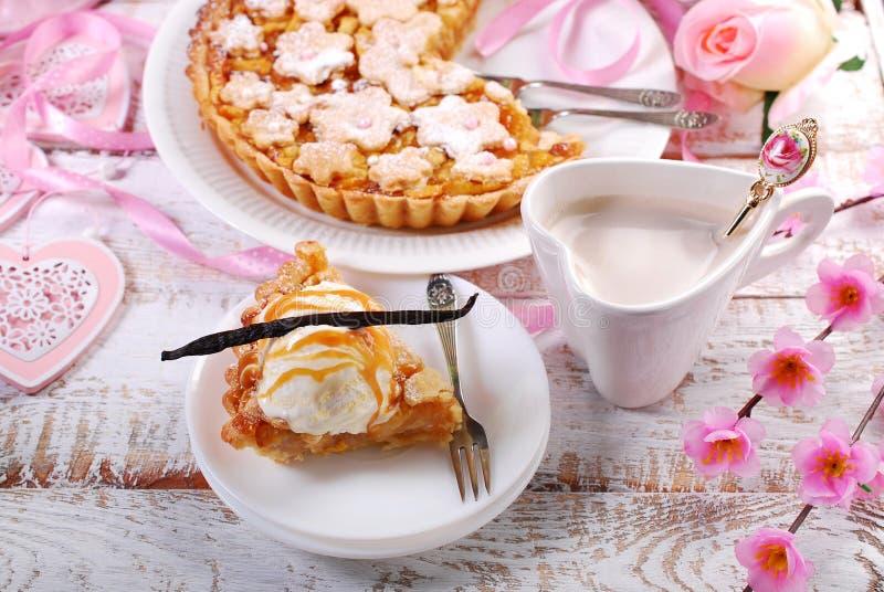 Fetta di torta di mele con gelato alla vaniglia fotografie stock libere da diritti