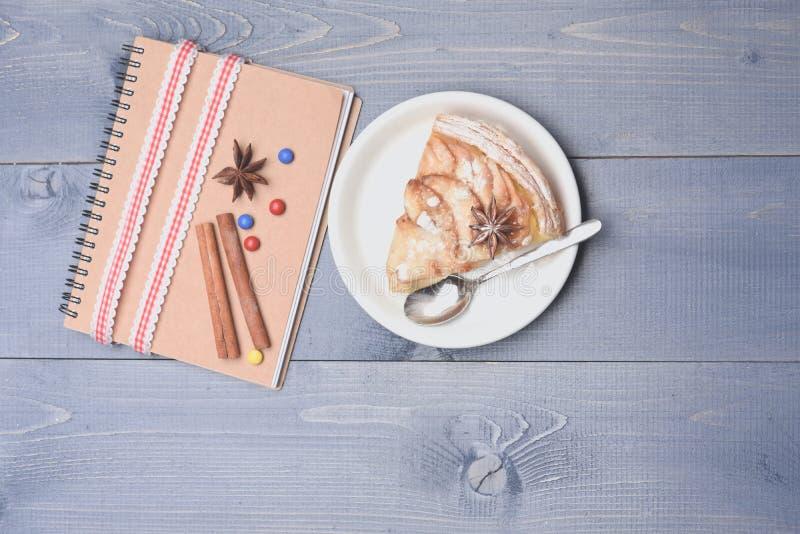 Fetta di torta di mele e di libro di ricetta immagini stock