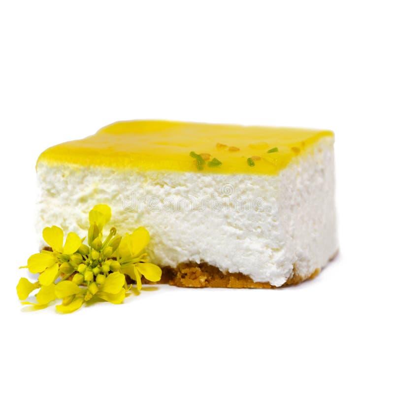 Fetta di torta di formaggio cremosa del limone immagine stock