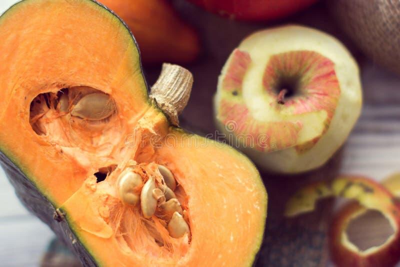 Fetta di zucca verde e di mela sbucciata fotografia stock libera da diritti