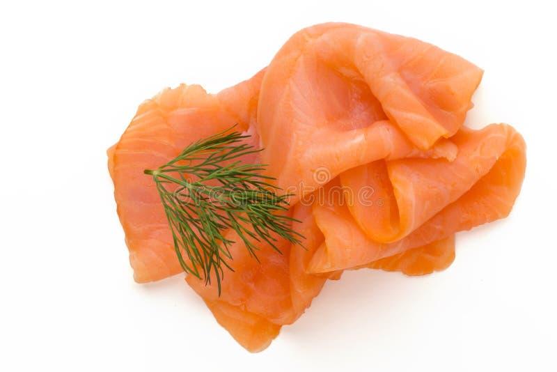 Fetta e spezia di color salmone fresche sui precedenti bianchi immagini stock