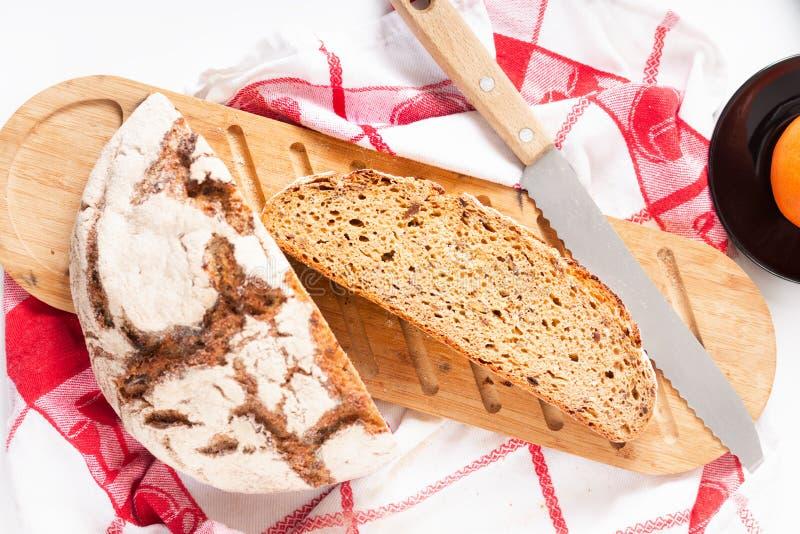 Fetta francese organica del lievito naturale di concetto dell'alimento sul tagliere di legno fotografia stock libera da diritti
