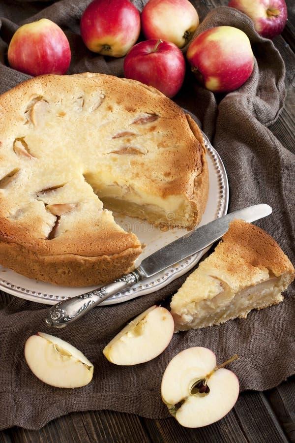 Fetta fresca di torta di mele con l'intera torta nel fondo fotografie stock libere da diritti