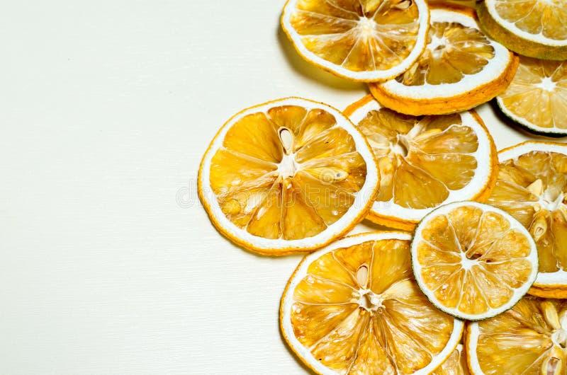 Fetta secca del limone impilata isolata insieme con fondo bianco Fetta secca del limone con i semi secchi dentro impilato fotografia stock