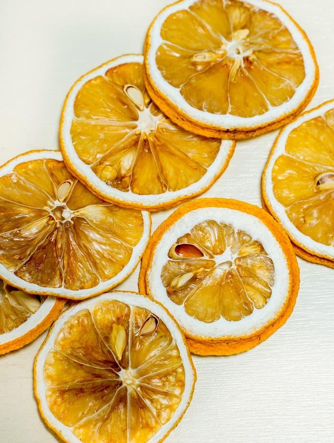 Fetta secca del limone impilata isolata insieme con fondo bianco Fetta secca del limone con i semi secchi dentro impilato immagine stock libera da diritti