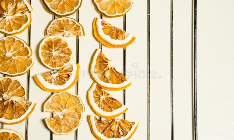 Fetta secca del limone isolata sulla tavola bianca impilata insieme immagine stock