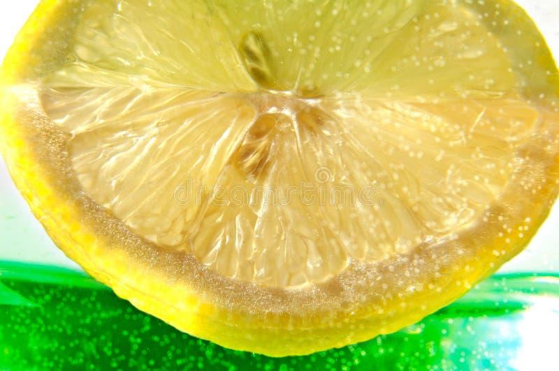 Fetta sugosa del limone immagini stock