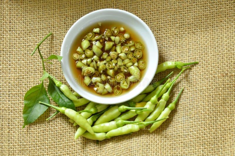 Fetta verde del peperoncino rosso e misto freschi in salsa di pesce sulla tazza fotografie stock