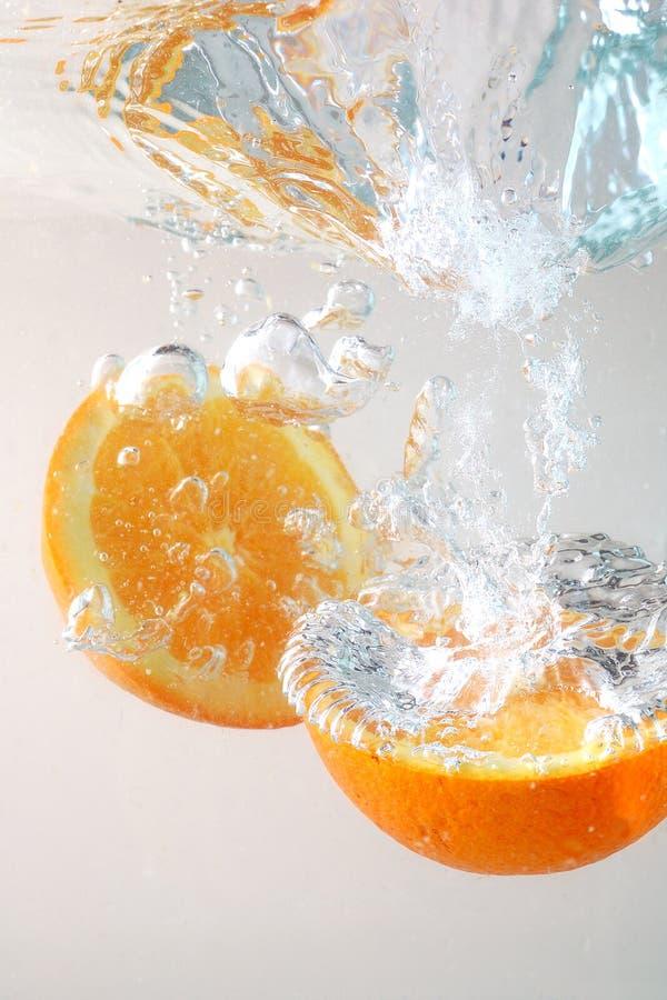 Fette arancioni in acqua immagini stock libere da diritti