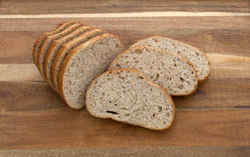 Fette davanti ad una piccola pagnotta del pane fotografia stock