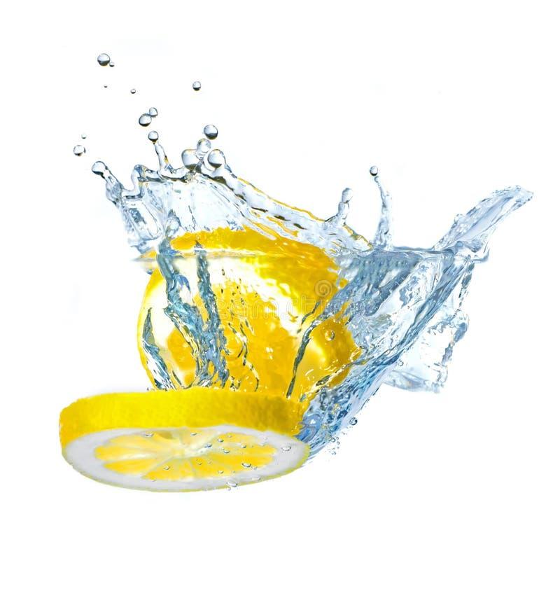 Fette del limone che spruzzano acqua fotografia stock