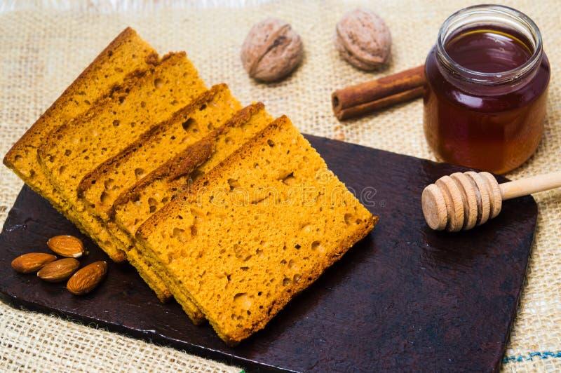 Fette del pane della mandorla su un piatto immagine stock libera da diritti