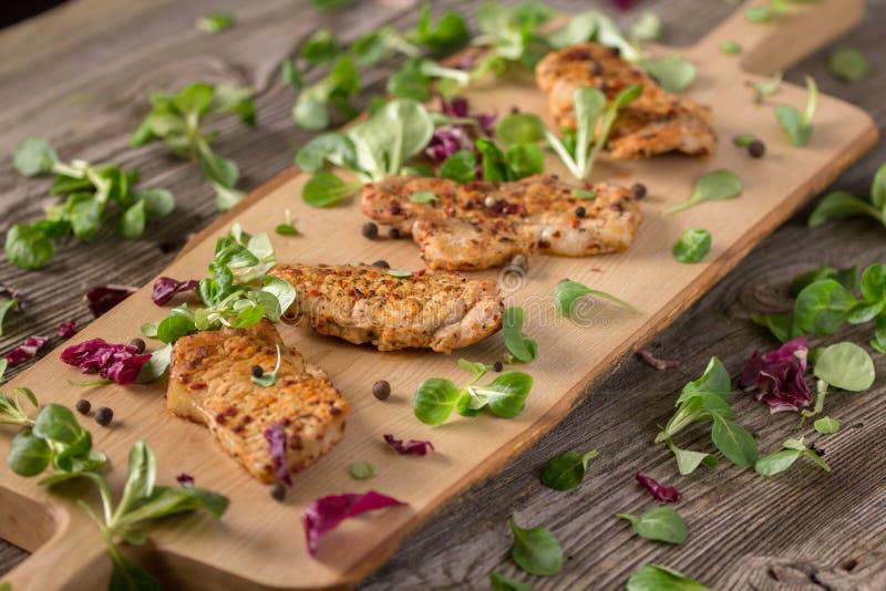 Fette deliziose di recente fritte fresche di carne su un bordo di legno con le erbe fresche Bistecche appetitose su un bordo di l immagine stock libera da diritti