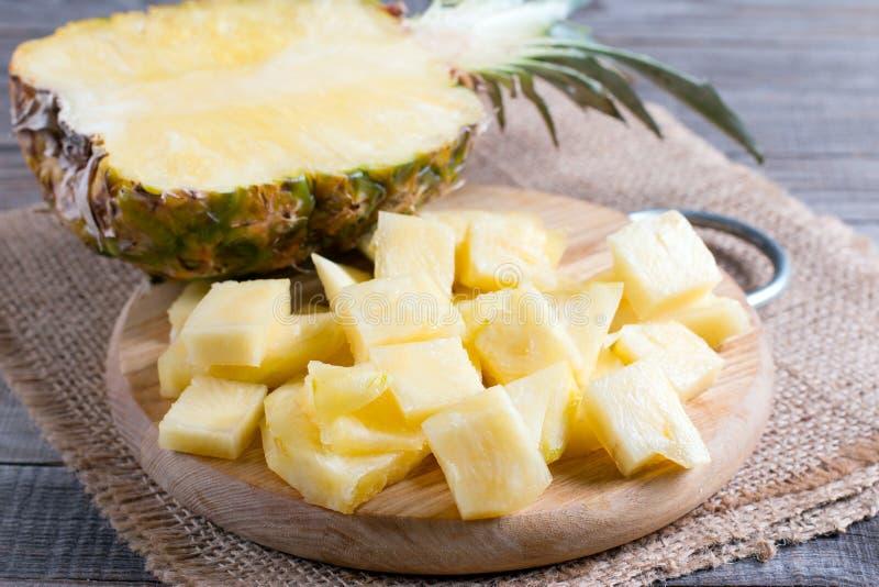 Fette dell'ananas sui precedenti di legno fotografia stock libera da diritti