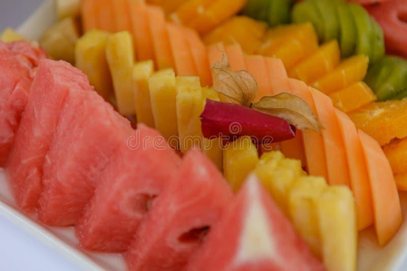 Fette dell'anguria davanti ai frutti colourful immagine stock libera da diritti