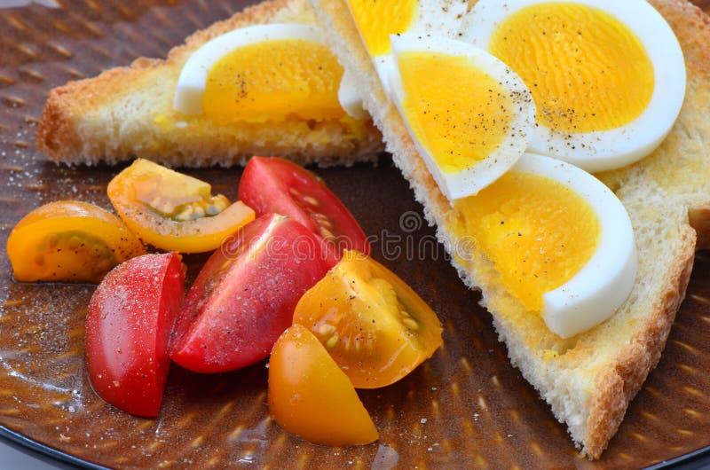 Fette dell'uovo su pane tostato fotografie stock