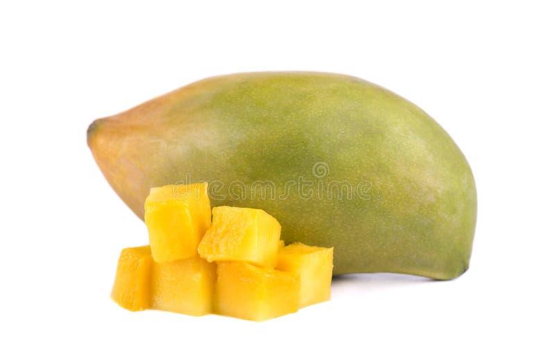 Fette della frutta del mango, cubi e fette, isolati su un fondo bianco L'archivio contiene i percorsi di ritaglio fotografie stock libere da diritti
